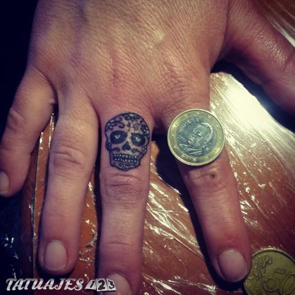Calavera mexicana en el dedo