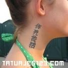 Letras chinas en el cuello