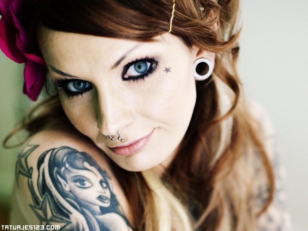 Tatuaje y piercings en el rostro