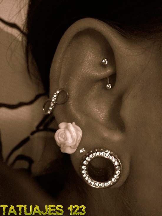 Piercings diferentes en la oreja