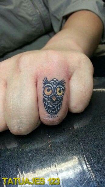 Tatuaje anillo con un búho