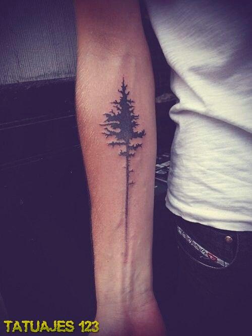 Árbol tatuado en el brazo