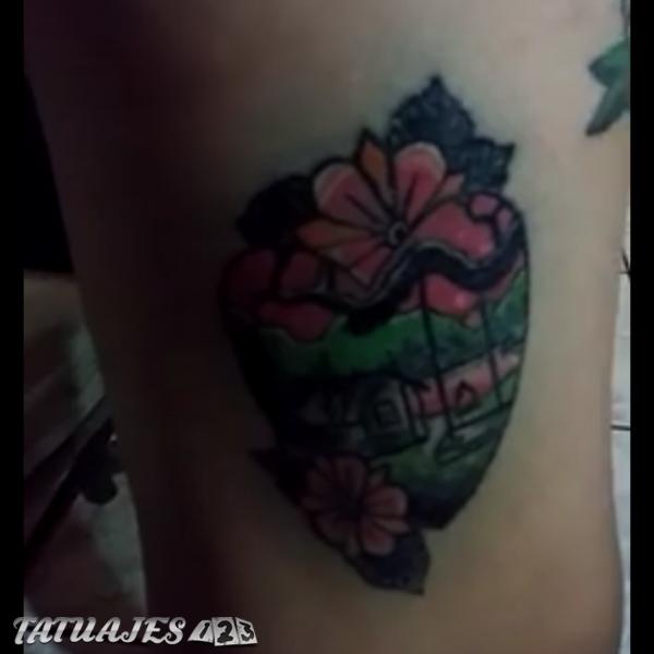 Tatuaje de corazon con paisaje dentro
