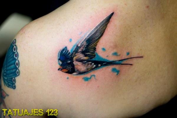 Pájaro volando en color azul
