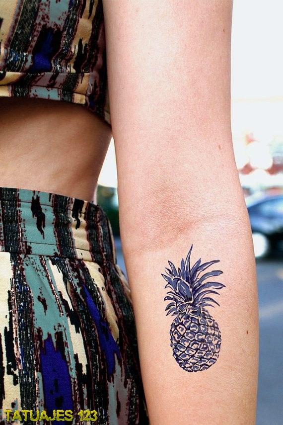 Tatuaje de piña en el brazo