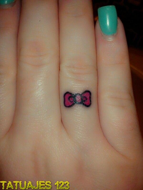 Tatuaje lazo en el dedo
