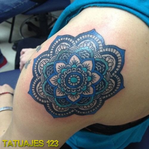 Tatuaje de Mandala en color azul