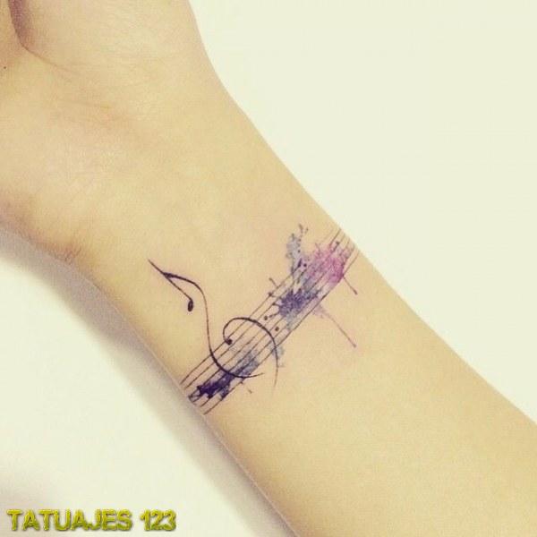 Tatuaje musical en color