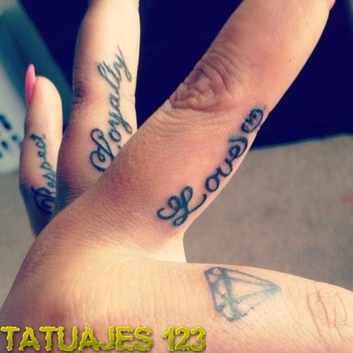 Palabras tatuadas en los dedos
