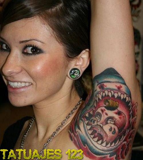 Tatuaje de tiburón en la axila