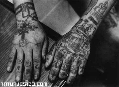 Manos tatuadas en prisión